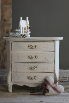 https://flic.kr/p/dMKWGS   Vintage Italian Florentine chest.   With a French Lavender filled heart.