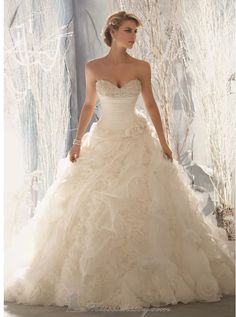 I'm completely in love with this wedding dress. It is absolutely gorgeous. I want it.