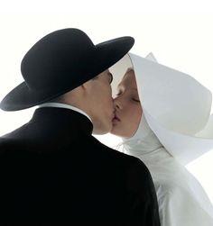 """""""Kissing-nun"""", photographie de mode prise par le photographe italien Oliviero Toscani, 1992, illustre une campagne publicitaire de Benetton, United Colors of Benetton. Portrait d'une nonne échangeant un baiser avec un homme d'église, l'image fit scandale lors de sa diffusion, notamment en Italie et en France."""