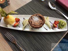 Schokoladenkuchen mit einem Sorbet der Passionsfrucht - Check more at https://www.miles-around.de/hotel-reviews/hotel-bewertung-hilton-garden-inn-davos/,  #Alpen #Bewertung #HHonors #Hilton #HiltonGardenInn #Hotel #Reisebericht #Schweiz