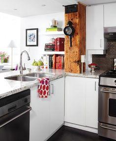Cuisine chaleureuse blanche : dosseret de tuiles métalliques et poutre de bois.