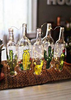 Se você tá procurando formas de decorarambientessem gastar muito, que tal apostar em garrafas de vidro? É uma boa forma de reutilizar uma coisa que temos aos montes, né? Pode ser garrafa de vinho ou qualquer outra bebida alcoólica, suco de uva e cervejas – cada formato e cor tem seu charme e pode vingar na decoração com um pouco de criatividade e cuidado. Separei várias inspirações e já tô...