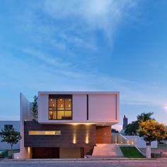 Hoy conoceremos una casa moderna y que se llena de luz a cada momento. Casa Koz es una vivienda que se desarrolla a partir de una geometría básica en un desdoblamiento de espacios simple y austero pero que de manera sorprendente responde a un programa arquitectónico completo y logra una gran riqueza espacial gracias a varios detalles: un espacio abierto, diáfano al centro de la casa y que atraviesa todas las áreas, una serie de volados tanto al interior como al exterior, y una serie de…