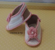 Sapatinho feminino Crochet Baby Sandals, Crochet Shoes, Slipper Socks, Slippers, Baby Dress Patterns, Bare Foot Sandals, Barefoot, Tatting, Booty