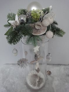Kerststuk op cilindervaas