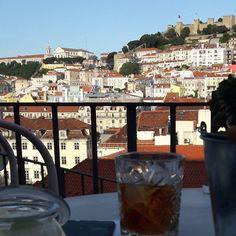 O Topo Chiado é um dos muitos terraços que existem em Lisboa. Este é um espaço descontraído com ótimos drinks e aperitivos além de opção de brunch. Fica no Largo do Carmo e o acesso se dá pela lateral direita do convento do Carmo. A vista é de perder o Fôlego - Castelo de Sao Jorge Elevador de Santa Justa Igreja da Sé... #terraços #rooftopview #rooftopparty #rooftoplisboa #rooftoplisbon #skyline #vista #lisboa #lisbon #travelismypassion #travelblog #instatravel #dicasdeviagem #portugal…