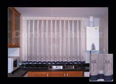 Visillo de cocina bordado, con festón y vainica, confeccionado manual para hacer coincidir los barbados con los pliegues.