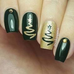 Elegant Green & Gold Christmas Nails #christmas