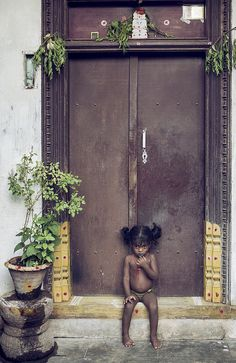 The little girl blends in perfectly with this door. Kids Around The World, People Around The World, Around The Worlds, Beautiful Little Girls, Beautiful People, Amazing People, Amazing India, South India, India India