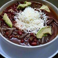 Comida salvadoreña, sopa de frijoles con Pitos,aguacate y queso