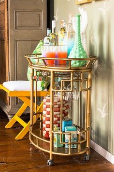 10 camareras doradas que te harán desear tener una en casa. Ahora mismo. · 10 brass bar carts you'll want for your home. Rigth now.