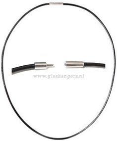 Zwart rubberen ketting met bajonetsluiting, 49 cm.