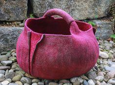 Körbe und Taschen mit spannenden Oberflächen