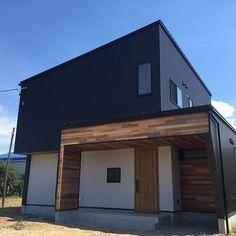 エクセレントホーム株式会社さんはInstagramを利用しています:「家のシンボルになる螺旋階段。階段を最小で抑えられるメリットもあります。…」 Box House Design, Small House Design, Modern Contemporary Homes, Box Houses, House Wall, Cladding, Tiny House, Facade, Architecture Design