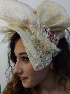 Pamela tocado de rafia decorada en rosas y malvas. Modelo reversible.