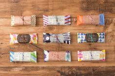 「うす紙ラップ」「ステッカー」「紙ひも」「ギフトチャーム」 Packaging, Baking And Pastry, Package Design, Little Gifts, Party Gifts, Ribbons, Projects To Try, Wraps, Boxes