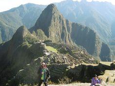 5 h du matin , nous partons après un petit déjeuner avaler en vitesse , une queue de plusieurs centaines de mètres est déjà formée, les bus qui doivent nous emmener au Machu Picchu vont et viennent dans un concert de personnes impatientes , excitées comme...