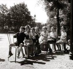 Le petit train de chaises -Paris 1944 Robert Doisneau
