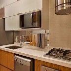 cozinha corredor madeira e branco