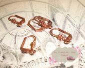 1 paire de BO dormeuses fleurs métal cuivré : Supports boucles d'oreilles par le-comptoir-des-dunes