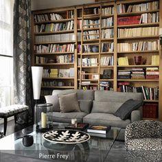 Diese klassische Sitzecke in Grautönen wirkt gemütlich und edel. Ein hellgraues Sofa, der Sessel mit grauschwarzem Muster und ein Beistelltisch aus Glas laden…
