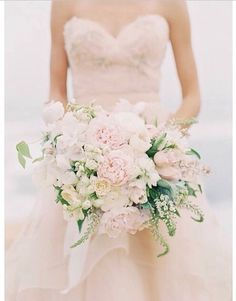 Love the pinks and whites in this brides bouquet