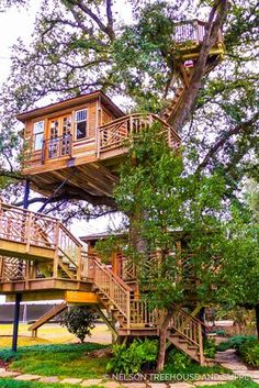 Awesome Treehouse Masters Design Ideas Will Make Dream 37 Treehouse Living, Building A Treehouse, Beautiful Tree Houses, Cool Tree Houses, Future House, Tree House Plans, Exterior Stairs, Tree House Designs, Unusual Homes