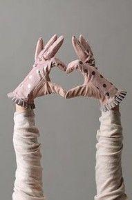 ✕ Short and sweet gloves / #polkadots #pink #pleats