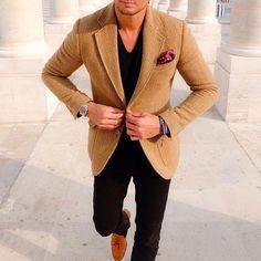 Tweed herringbone tan blazer with burgundy pocket square Blazer Outfits Men, Casual Blazer, Tan Blazer, Brown Blazer, Style Masculin, Mode Costume, Casual Wear For Men, Fashion Moda, Style Fashion