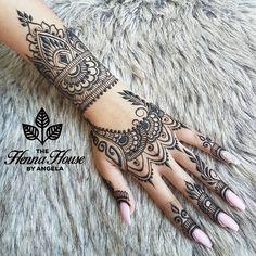 Rhianna tattoo replica! 🎤 Rhianna Hand Tattoo, Rhianna Tattoos, Hand And Finger Tattoos, Hand Tattoos For Guys, Hamsa Hand Tattoo, Hand Henna, Tatouage Main Hamsa, Henna Art Designs, Mehndi Patterns