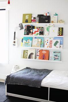 Tauluhyllyjä seinälle kirjoja ja kuviksen töitä varten.