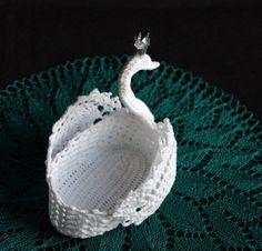 Crochet ideas that you'll love Crochet Doilies, Crochet Hats, Tree Change Dolls, Pinterest Crochet, Egg Basket, Ribbon Sculpture, Tunisian Crochet, Hair Bows, Hair Clips