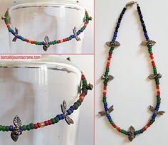 Collana di perline trasparenti opache di diversi colori con fiori e libellule color argento. Filo in acciaio rivestito in nylon. Chiusura a vite. www.borsebijouxmacrame.com
