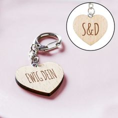Eine romantische Geschenkidee für Deinen Liebling: der Schlüsselanhänger in Herzform, graviert mit einer süßen Liebesbotschaft und   Euren Initialen.