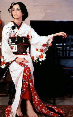 Spiders and a kimono Yukata Kimono, Kimono Japan, Japanese Kimono, Japanese Geisha, Traditional Kimono, Traditional Outfits, Traditional Japanese, Oriental Fashion, Asian Fashion