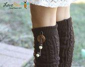 Jambières - Boho, câble tricoté, brun chocolat, cuir, bouton bois, couvercle de coffre, chaussettes, Crochet, dentelle Ivoire, cadeau de Noël,