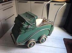 Oude vintage retro van Delft kinderwagen