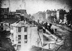 È un dagherrotipo del 1838, realizzato in un viale di Parigi: il primato è di un inconsapevole tizio che si stava facendo lucidare le scarpe