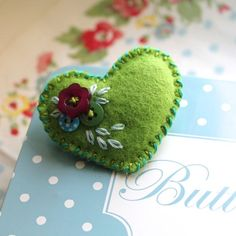 Tiny heart brooch - felt and buttons - hand embroidered - Apple green - Zakka style - Valentine's gift Felt Embroidery, Felt Applique, Valentine Crafts, Valentines, Felt Christmas, Christmas Crafts, Fabric Hearts, Felt Brooch, Brooch Pin