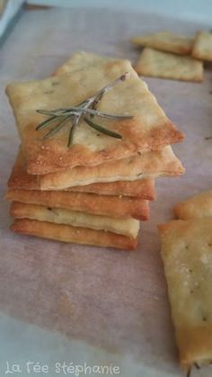 These little rosemary crackers for an aperitif or when you're hungry are an actual deal with, arduous to not eat them one after the opposite! Flammkuchen Vegan, Vegan Recipes, Cooking Recipes, Appetizers For Party, Vegetable Recipes, Food Videos, Brunch, Food And Drink, Yummy Food