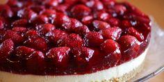 En ostekake dekket med masse jordbær og jordbærgelé gir verdens herligste sommerkake! Kaken kan imidlertid lages hele året fordi du bruker frosne jordbær.