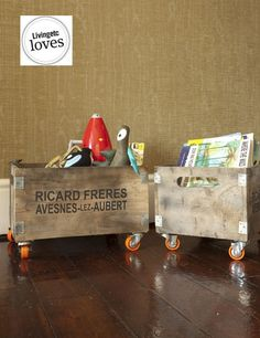 Caixas de madeira e rodinhas...combinação perfeita para porta-trecos  e porta-revistas :)
