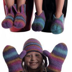 Baby Couture Sæt fra Go Handmade Crochet Mittens, Knitting Socks, Knit Crochet, Baby Couture, Boot Cuffs, Knitting Designs, Leg Warmers, Fingerless Gloves, Slippers