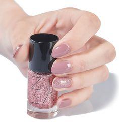 ZILA SPARK 132 Sugar biżuteryjny top do paznokci różowy brokat. Jedna warstwa subtelnie rozświetla kolor bazowy, nałożenie trzech warstw daje efekt 100% krycia.    #zila #zilanails #zilalakiery #lakieryzila  #mani #manicure #nailart #nailporn #nails #paznokcie #drogeriapl #drogeria.pl #zilaspark