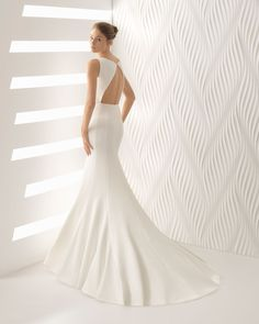 Mermaid-style cloqué wedding dress with low back. 2018 Rosa Clará Collection.