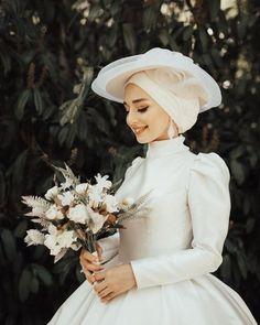 عروس محجبه یک استایل جالب و متفاوت Tesettür Mayo Ş. Tesettür Mayo Şort Modelleri 2020 - Tesettür Modelleri ve Modası 2019 ve 2020 Muslimah Wedding Dress, Muslim Wedding Dresses, Muslim Brides, Dream Wedding Dresses, Bridal Dresses, Wedding Gowns, Dress Muslimah, Muslim Couples, Wedding Hijab Styles