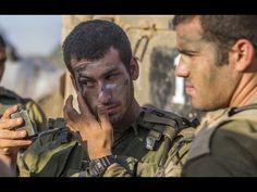 Mężczyźni malujący sobie nawzajem twarze, bliżsi niż bracia - żołnierze ...