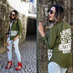 Calça Jeans Destroyed Com Camisa Verde Militar e Sapato Vermelho Look