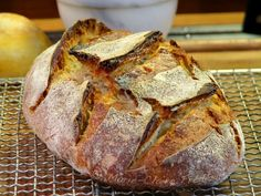 Apprenez à réaliser facilement votre premier pain au levain. Toutes les explications pour le réussir du premier coup sans difficulté.
