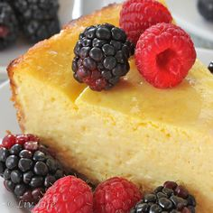 mango cheesecake, blackberries, raspberries so good Cold Desserts, No Bake Desserts, Just Desserts, Delicious Desserts, Dessert Recipes, Mango Cheesecake, Pumpkin Cheesecake, Cheesecake Recipes, Cheesecake Crust